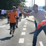 Maraton to święto nie tylko biegaczy, ale całego miasta. Zaproś na bieg przyjaciół, rodzinę i kogo tylko się da, porozstawiaj ich na trasie, niech kibicują nie tylko Tobie, ale wszystkim!