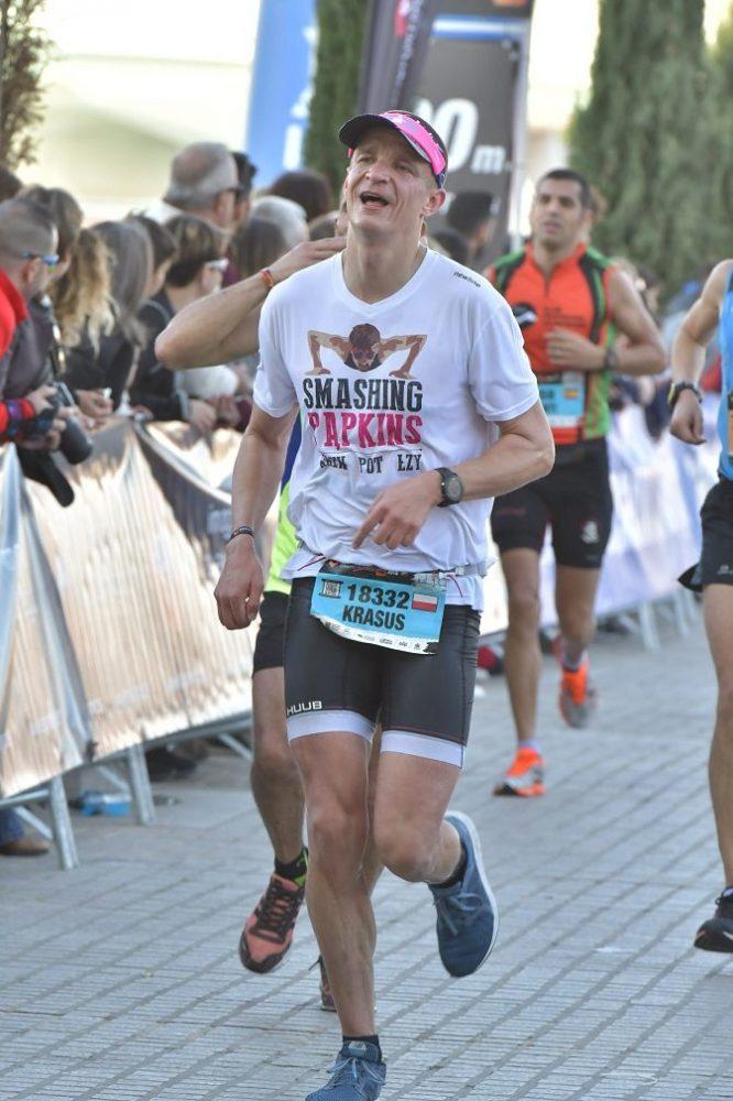Tak wyglądałem po JEBUT biegnąc w tempie 4:00-4:10. To ostatni kilometr, na twarzy coś jakby szczęście ;) / fot. Marathon-Photos.com
